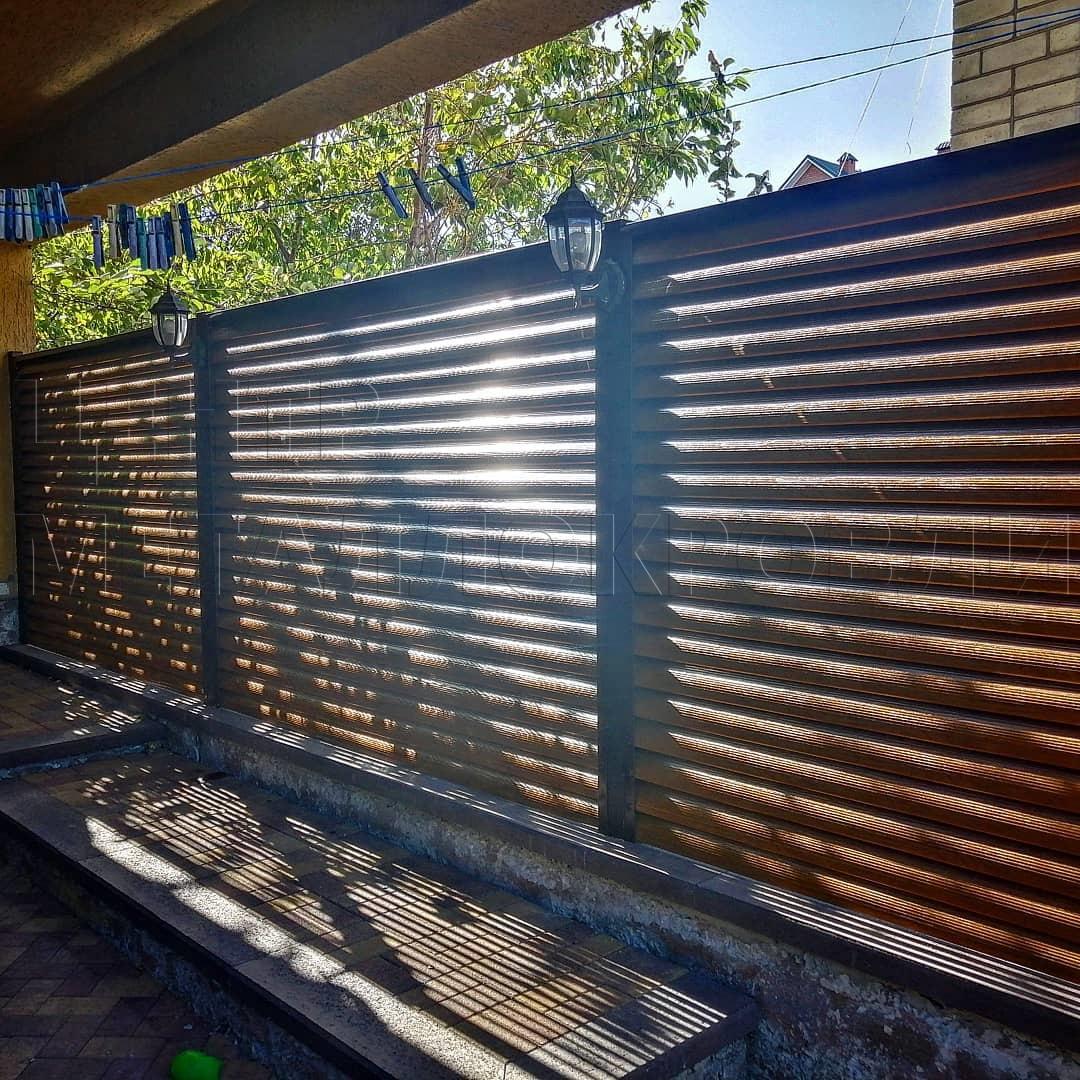 Забор-жалюзи в цвете Орех от Центра Металлокровли