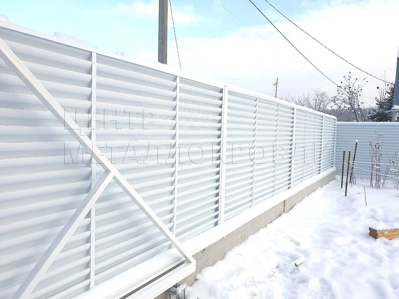Элегантный белый забор-жалюзи в Тюмени