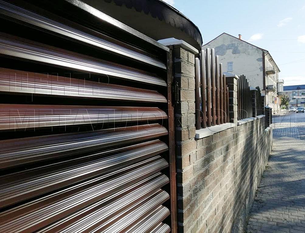 Штакетник фигурный и еврожалюзи в одном заборе в Калининграде