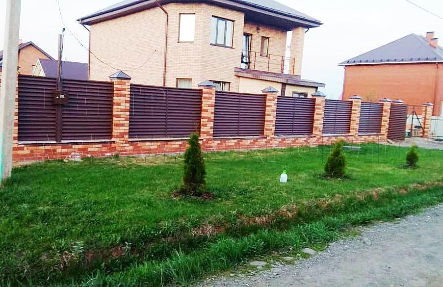 Забор — жалюзи с покрытием Стальной бархат в Ижевске выглядит надёжно и привлекательно