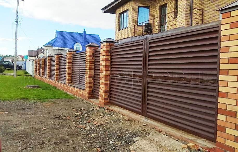 Забор — жалюзи с покрытием Стальной бархат в Ижевске выполнен в едином стиле с домом